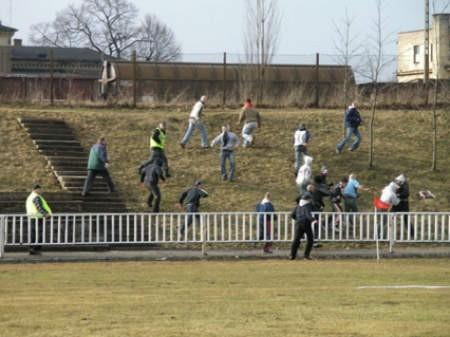 W przerwie meczu kibice Chojniczanki i Kaszubii starli się na trybunach.