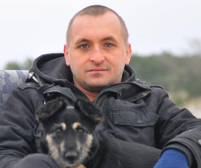 """Prezes i założyciel Stowarzyszenia Alternatywny Cypel  Paweł Bloch od 2001 jest działaczem pozarządowym, liderem grup młodzieżowych, odpowiedzialnym za przygotowanie i realizację szkoleń, warsztatów, koncertów, zajęć, paneli dyskusyjnych, wystaw, wymian młodzieżowych. Realizuje zadania skierowane do dzieci, młodzieży, dorosłych i seniorów w zakresie kultury, aktywizacji społecznej, ochrony środowiska naturalnego, praw zwierząt, historii Helu i okolic. Jest założycielem i prezesem helskiego Stowarzyszenia ALTERNATYWNY CYPEL od początku jego istnienia tj. od 2007 r. Stowarzyszenie od lat zajmuje się działaniami aktywizującymi lokalną społeczność, a wszystkie wydarzenia skierowane są zarówno do mieszkańców miasta jak i do osób odwiedzających Hel. Przy realizacji działań współpracuje z innymi organizacjami pozarządowymi, placówkami, instytucjami z Helu i całej Polski. Paweł Bloch jest również autorem lub współautorem wystaw, które Stowarzyszenie prowadzi w 3 obiektach militarnych znajdujących się na Cyplu Helskim. Są to: Makabra XX wieku (od 2014r.), Morskie Tajemnice (od 2015r.), """"Alfons Malicki – A jednak przetrwałem… i żyję! – wojenne kroniki Obrońcy Helu"""" (od 2016r.)  W samym 2018 roku Stowarzyszenie ALTERNATYWNY CYPEL zorganizowało w Helu: 9 koncertów: Bajzel, Tulipaństwo, Zikkurat, drumm'n'bass, Tomasz Steńczyk, Komitywa, Czytała Krystyna Czubówna, Nandaloo&Cocodjembe, Michał Zygmunt; 8 imprez tematycznych: WOŚP, Dzień Ziemi, Noc Muzeów, Mundial w Ogrodach Cypel Hostelu, Rodzinny Festyn Morski, Marsz na Orientację Szperk, Noc Makabry, Posprzątaj Swój Cypel; 6 warsztatów: fotograficzne, biologia morza z Bazą Nurkową Hel, Systema Ryabko, djembe i afrodance - Nandaloo&Cocodjembe, kulinarne - Avocado; 4 spotkania-prelekcje: Granicami bez Granic - Bracia Osipik, Hydra VIII - Wiesław Wachowski, Granicami bez Granic - Tomasz Ostrowski, Dzikie Rzeki - Michał Zygmunt; 1 festiwal: Eternal Hel - Festiwal 4 Żywiołów; 1 wydarzenie cykliczne: Spacery z przewodnikiem. W 2018 Sto"""