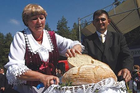 Starostowie dożynek, Janina Kogut i Krzysztof Wilk, pokroli bochen chleba upieczonego z zebranych w tym roku zbóż.