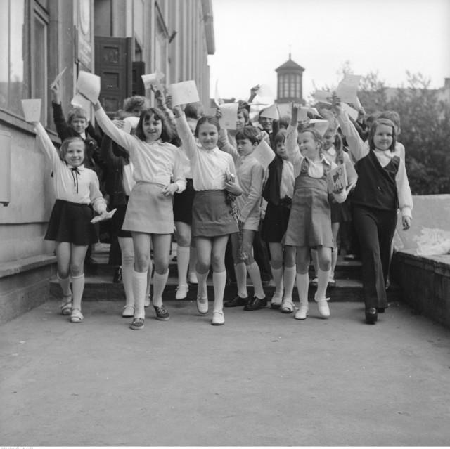 Zakończenie roku szkolnego w Szkole Podstawowej nr 38 w Warszawie. Uczniowie ze świadectwami, 20 czerwca 1974 rok