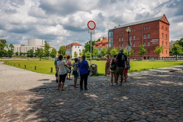 W weekendy Bydgoszcz zaprasza na spacery z przewodnikiem. Start: w każdą sobotę i niedzielę o godz. 12.30, przed Bydgoskim Centrum Informacji. Konieczny wcześniejszy zakup biletów: www.visitbydgoszcz.pl.