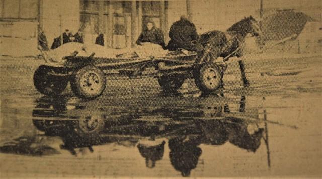 Rok 1965. Aleja 1000-lecia w okresie roztopów zamieniała się w bajoro. Dziennikarze opisywali, że w niektórych miejscach woda sięga powyżej kostek i trudno było przejść z jednej strony ulicy na drugą.