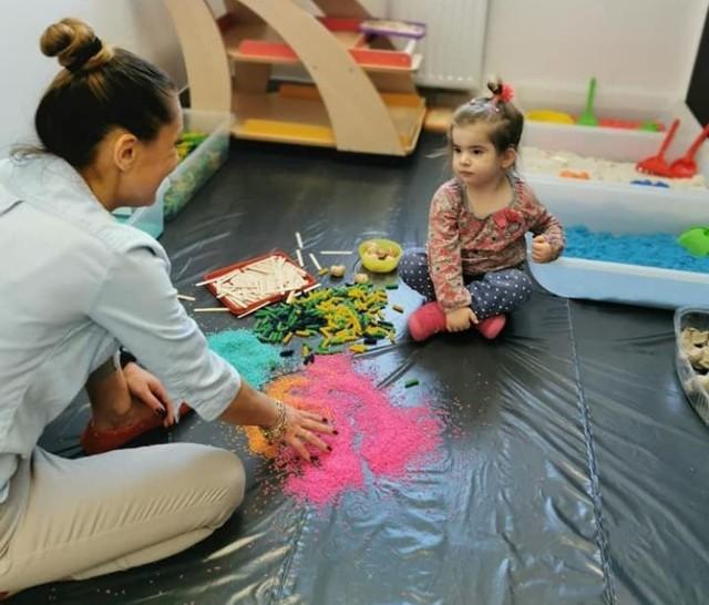 Przedszkole nr 10 w Nysie ma nowe pomoce terapeutyczne dla dzieci.
