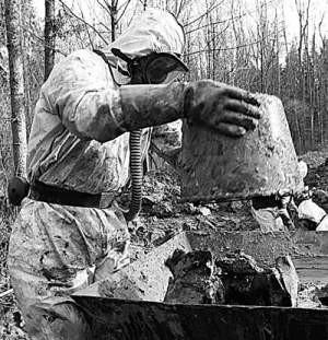 Ludzie pracujący przy usuwaniu toksycznych substancji musieli zakładać specjalne ochraniacze.
