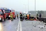 Koszmarny wypadek na S1 w Pyrzowicach. TIR zmiażdżył osobówkę. Na miejscu lądował LPR