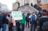 Protest przed kościołem Świętego Krzyża. Pomiędzy narodowcami i uczestniczkami Strajku Kobiet doszło do szarpaniny. Na miejscu policja