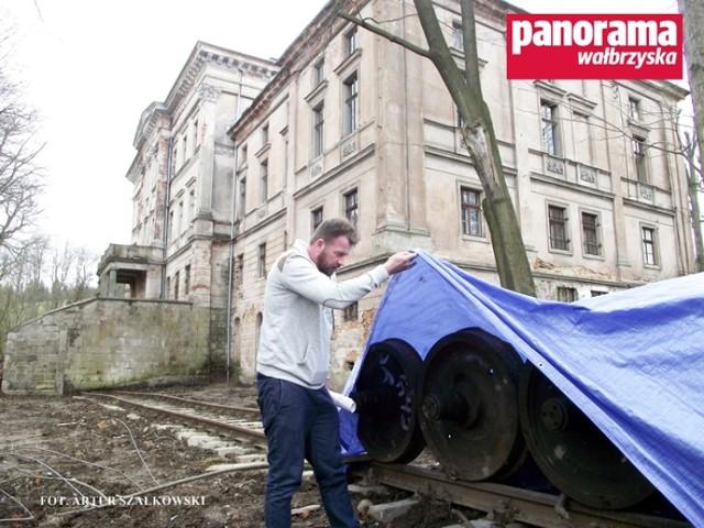 Za pałacem Jedlinka zostało już ułożone torowisko, na którym staną wierne kopie wagonów: konferencyjnego i artyleryjskiego ze składu pociągu Adolfa Hitlera
