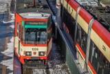 """Huczne pożegnanie tramwajów """"105"""" zwieńczył złamany pantograf. Motorniczy nieoczekiwanie zmienił trasę przejazdu"""