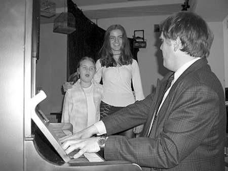 Andrzej Sarapata, Justyna Dyba i Sara Stano w trakcie koncertu w będzińskiej szkole muzycznej.