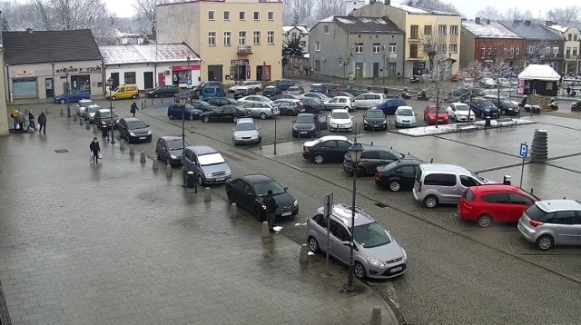 Tak wygląda siewierski rynek w piątkowe (5 marca) przedpołudnie. Samochodów jest sporo, wkrótce za parkowanie w tym miejscu trzeba będzie zapłacić Zobacz kolejne zdjęcia/plansze. Przesuwaj zdjęcia w prawo - naciśnij strzałkę lub przycisk NASTĘPNE