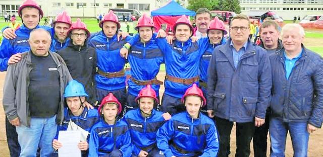 Młodzieżowa drużyna pożarnicza z Nowego Korczyna, prowadzona przez Andrzeja Wajsa (pierwszy z lewej), celebruje zdobycie srebrnego medalu Europejskich Zawodów Młodych Strażaków CTIF Krajów Grupy Wyszehradzkiej na Słowacji