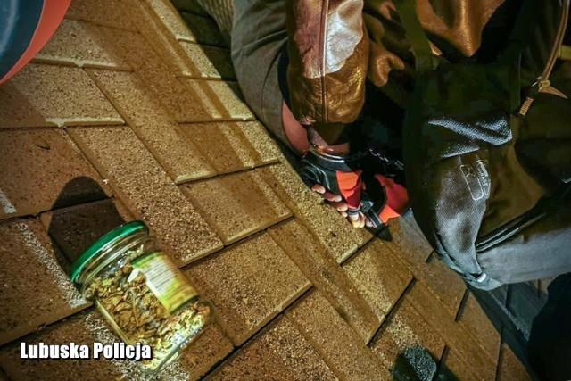 Policjanci znaleźli marihuanę w słoiczku po dżemie.