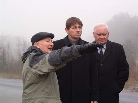Wczoraj samorządowcy i drogowcy obejrzeli cały zakres inwestycji. Od lewej: Wacław Resiak, wójt Zbigniew Szczepański i Włodzimierz Kubiak, dyrektor Zarządu Dróg Wojewódzkich. Fot. Radosław Osiński