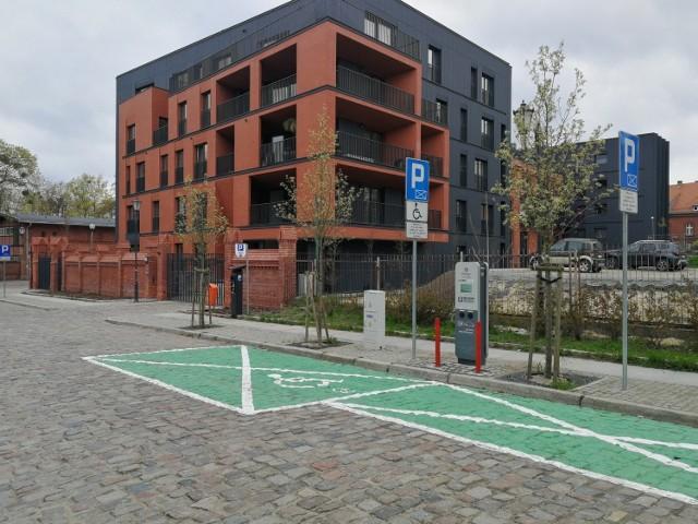 Liczba samochodów elektrycznych w całej Polsce, również w Toruniu, systematycznie wzrasta, miasto inwestuje więc w stacje ładowania aut elektrycznych. Pod koniec kwietnia oddano do użytku 46 nowych stacji. Powstały na terenie całego miasta, zarówno na prawym, jak i lewym brzegu Wisły. W niektórych lokalizacjach wybudowano je kosztem istniejących miejsc parkingowych. Zobaczcie, gdzie naładujecie auto elektryczne w Toruniu.