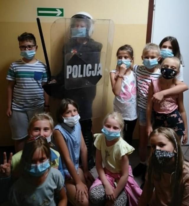 Dzieci - uczestnicy półkolonii - odwiedziły Komendę Miejską Policji w Przemyślu.