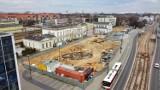 Jak zmienia się plac przed dworcem PKP w Sosnowcu? Zobacz ZDJĘCIA. Widać już fundamenty okrągłego pawilonu