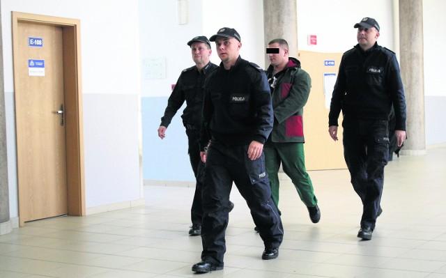 """Oskarżony Mariusz S. ps. """"Szogun"""" w konwoju policjantów na swoją rozprawę"""