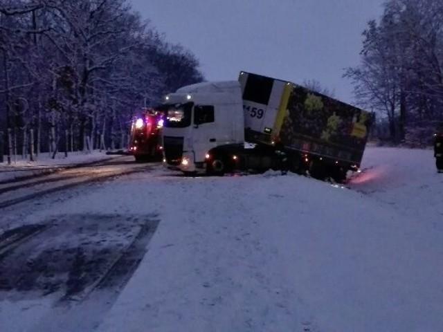Kierowca dafa jechał za szybko w zimowych warunkach. W Grubnie się o tym przekonał