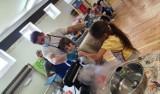 Dzieci były zachwycone. Niezwykłe warsztaty kuchni molekularnej w Szkole Podstawowej w Wierzbicy. Zobacz zdjęcia