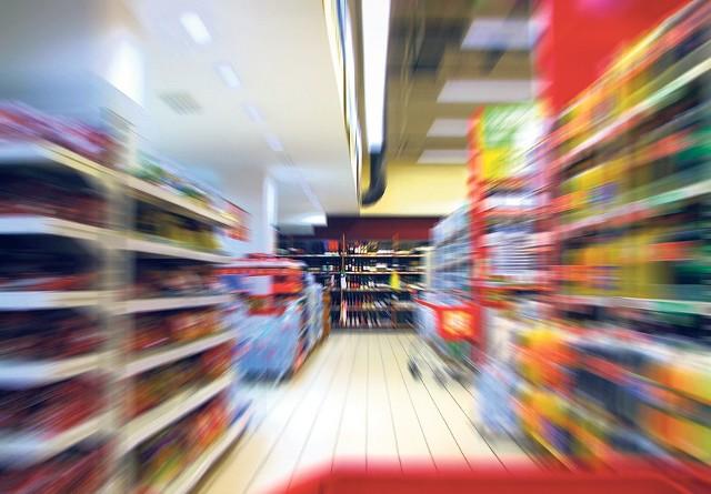 Świąteczny szał zakupów udziela się zwykłym klientom i złodziejom. Z tą różnicą, że ci drudzy nie płacą za towar w kasie