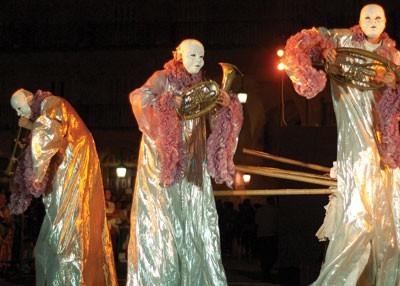 """Jednym z najciekawszych festiwalowych wydarzeń był spektakl """"Wiśniowy sad"""" pokazany w sobotnią noc na bielskim placu Chrobrego przez Lwowski Teatr Woskresinnia"""
