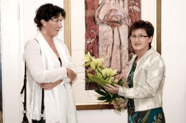 Dyrektor Galerii na otwarcie wystawy, wręczyła autorce bukiet kwiatów.