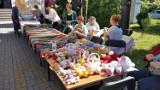 Malowały nitką. Kobiety z Wierzbicy  wyczarowały  cuda w  Światowy Dzień Dziergania w Miejscach Publicznych. Zobacz zdjęcia