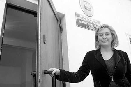Anna Zasada–Chorab w drzwiach nowego budynku szkoły. Olgierd Górny
