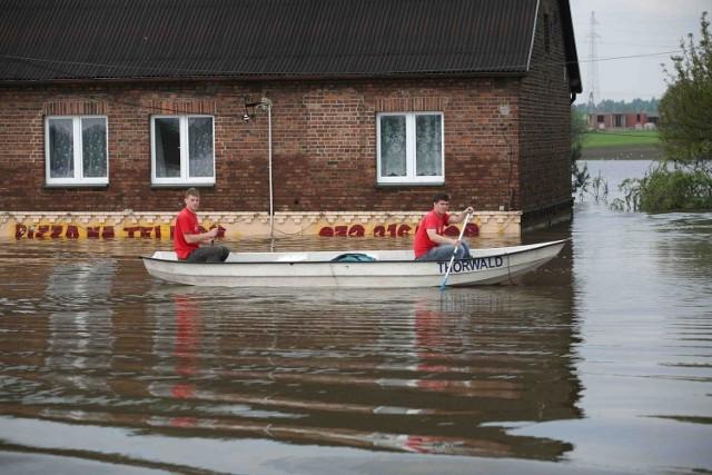 10 lat temu, 18 maja 2010 r. rozpoczęła się jedna z największych powodzi w Polsce. Na naszym terenie najbardziej dotknęła powiat bieruńsko-lędziński, zwłaszcza Bieruń i Chełm Śląski. Woda przerwała wał ochronny na rzece Gostyni od strony Bierunia i zalała Kopań, Bijasowice oraz Zabrzeg. Chełm Śląski (w dokładnie jego część - Chełm Mały) zalały wody Przemszy.