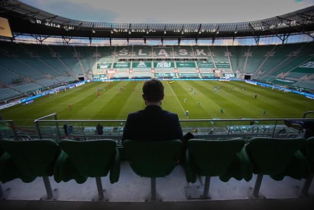 W niedzielę Śląsk Wrocław zagra na wyjeździe z Legią i będzie to pierwszy mecz WKS-u w tym sezonie, który nie zostanie rozegrany przy pustych trybunach. W Warszawie zabraknie jednak kibiców gości. Na Stadionie Wrocław pierwsze spotkanie z fanami zaplanowano na 25.06. Będzie to pojedynek z Cracovią. Jak kupić bilety? Jakie będą obowiązywać zasady bezpieczeństwa na trybunach?  DO KOLEJNYCH OBOSTRZEŃ PRZEJDZIESZ ZA POMOCĄ STRZAŁEK LUB GESTÓW