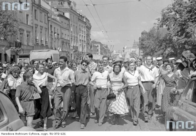 Krakowskie Przedmieście z lat 50. Roztańczona młodzież, trolejbusy i prymas Wyszyński [ZDJĘCIA]