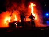 Pożar samochodu w Katowicach: Widowiskowa akcja strażaków w Dąbrówce Małej. Gasili płonący samochód. ZDJĘCIA