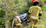 Wypadek pod Limanową. Auto runęło z wysokiej skarpy do potoku. Kierowca ranny