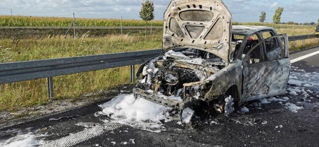 Gmina Łubowo. Pożar auta na S5. Pojazd jest doszczętnie zniszczony