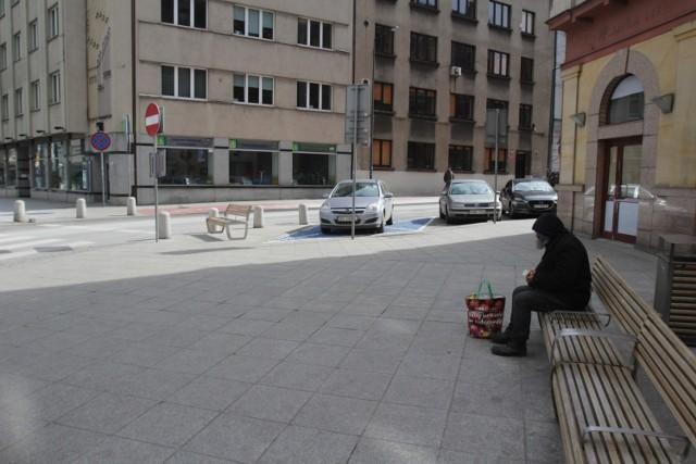 Ławka na rogu ulic Młyńskiej i Pocztowej w Katowicach