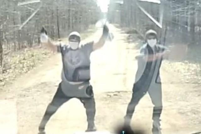 Disco w lesie podczas pandemii koronawirusa. Patostreamerzy z tego kanału także kpią sobie z policji. Nagranie zamieszczone w internecie 7 kwietnia 2020r.