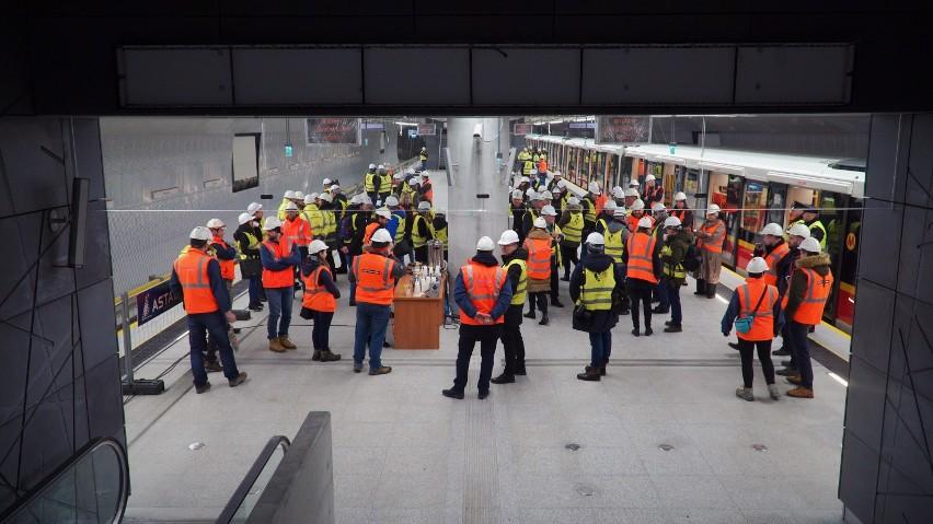 II linia metra w Warszawie. Pierwszy pociąg pojechał na Targówek. Otwarcie już w wakacje? [ZDJĘCIA, WIDEO]