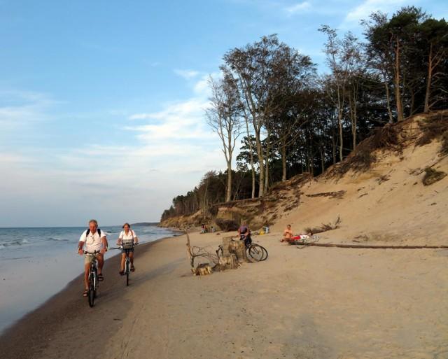 Wielu ustczan i przyjezdnych lubi pokonywać jeden z najpiękniejszych szlaków w okolicy, czyli trasę Ustka-Rowy. Można ją przebyć zarówno pieszo, jak i rowerem, podążając czerwony szlak lub wędrują plażą. Zobaczcie zdjęcia zrobione w tę sobotę zarówno z klifu, jak i z samej plaży, w okolicach Orzechowa, Poddąbia i Dębiny.