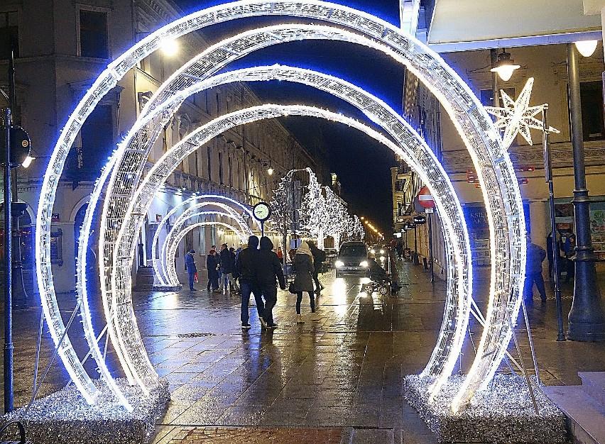 Iluminacja świąteczna w Łodzi. Rozpoczęły się prace nad montażem iluminacji na ul. Piotrkowskiej. Zobacz jak wyglądała wcześniej