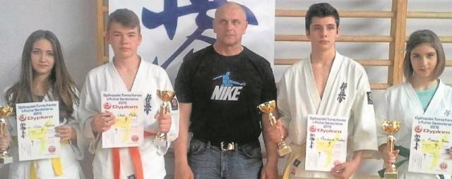 Trener Robert Hornik z buskimi karatekami, którzy wywalczyli medale na turnieju w Sandomierzu.
