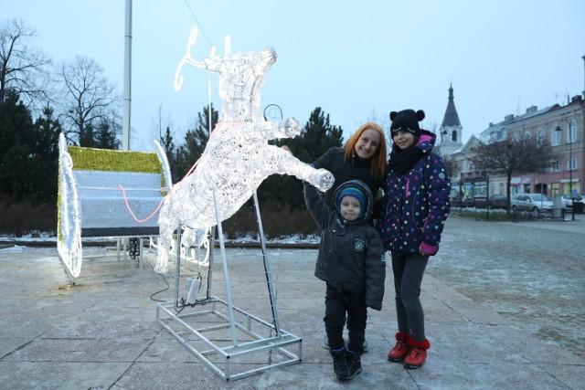 Świąteczne dekoracje w Piotrkowie. Sanie św. Mikołaja w parku św. Jana Pawła II i prezent pod mediateką