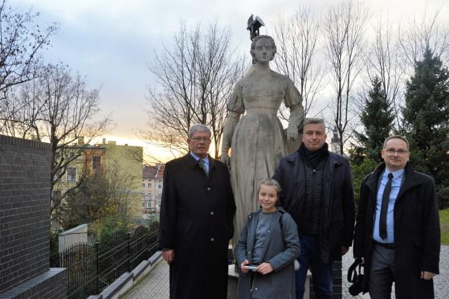 Posąg Joanny Gryzik otaczają: hrabia Hans Ulrich Schaffgotsch, Pola, Maciej Mischok i dr Jarosław Bogacki.