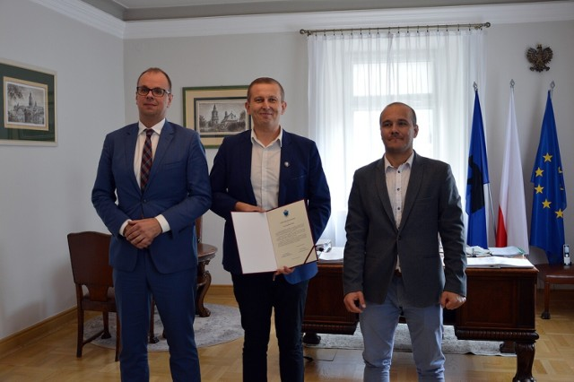 Rafał Paśko (nz. w środku) otrzymał Doroczną Nagrodę Miasta Przemyśla.