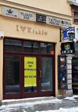 Kraków. Coraz więcej zamkniętych restauracji, kawiarni, pubów i sklepów w rejonie Rynku Głównego [ZDJĘCIA] 22.02.2021