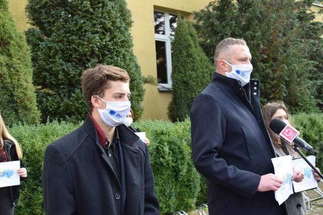 Jacek Lesiuk w towarzystwie działaczy Młodych Demokratów informuje o powstaniu w Szczecinku Ruchu Wspólna Polska