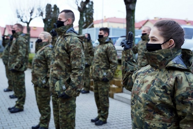 Dzisiaj piętnastu nowych funkcjonariuszy Straży Granicznej złożyło ślubowanie w komendzie BiOSG w Przemyślu.