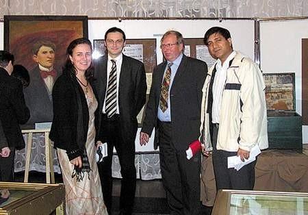 Główny instruktor Iwona Wilk i dyrektor  Domu Kultury Zygmunt Górski (drugi z prawej) z zaproszonymi gośćmi.