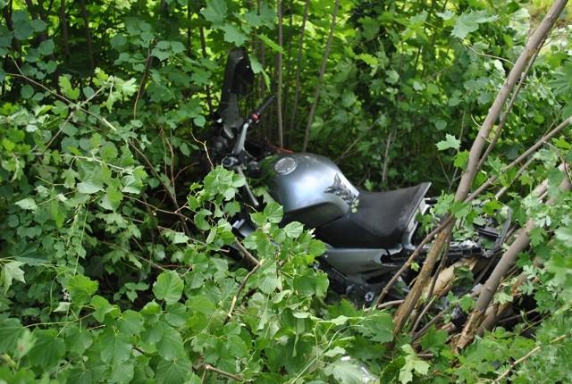 28-letni motocyklista wpadł do rowu. Według wstępnej oceny lekarzy doznał złamania kręgosłupa lędźwiowego, dwustronnej odmy opłucnej i krwiaka śledziony. Z miejsca wypadku został przetransportowany helikopterem do szpitala w Olsztynie. 32-latka nie odniosła żądnych obrażeń. Oboje kierowcy byli trzeźwi. Droga była zablokowana przez około dwie godziny.  Zobacz też: Śmierć policjanta w Nowym Mieście Lubawskim [Zdjęcia]