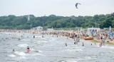 Pochmurna, ale nadal ciepła sobota. Sporo turystów na plaży w Brzeźnie