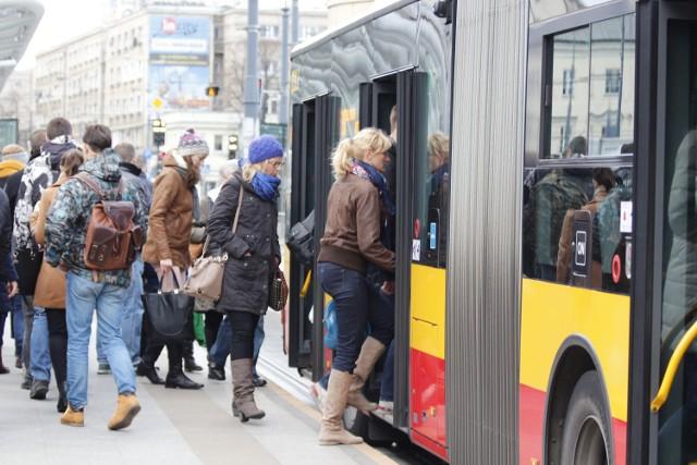 Sylwester 2013 Warszawa: Jak dojechać?  Można będzie skorzystać ze specjalnej linii autobusowej 280 (Metro Ratusz Arsenał – Dw. Wschodni Lubelska), która będzie kursowała od godz. 18.00 do 23.50 i dodatkowej linii tramwajowej 77 (pl. Narutowicza - Wiatraczna), która będzie jeździła w godz. 20.00-23.50. Ponadto zostaną uruchomione dodatkowe kursy linii 509.   Od godz. 21.00 do 3.00 zostanie wyłączony ruch tramwajowy w al. Zielenieckiej, a linie tramwajowe 7, 8 i 22 zostaną skierowane na trasy objazdowe.  Zobacz koniecznie: *Sylwester 2013 Warszawa. Ratusz zaprasza na błonia przy Narodowym [PROGRAM] *Wszystko o Sylwestrze na Stadionie Narodowym